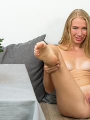 Blonde bombshell Jenna Y gives you her amazing pussy